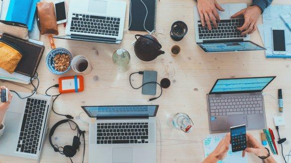 Uudist illustreeriv foto: töölaud täis elektroonikaseadmeid